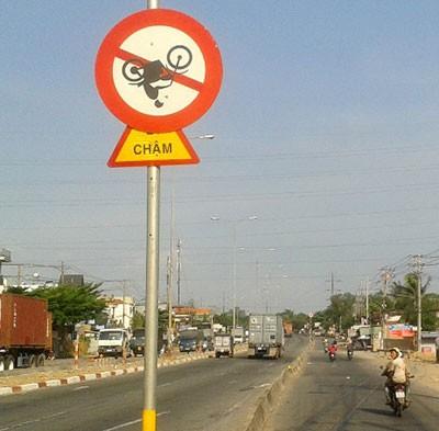 Biển báo giao thông quay ngược - ảnh 1