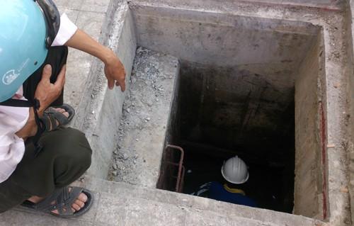 Người khiếm thị rơi xuống hố ga trên phố đi bộ Nguyễn Huệ - ảnh 1