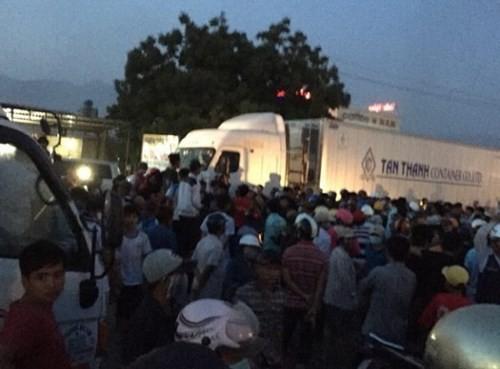 Dân mang ghế chặn xe, QL1A ùn tắc hơn 10 km - ảnh 1
