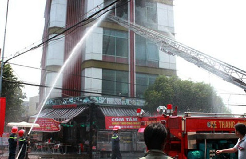 Cháy quán cà phê năm tầng - ảnh 1