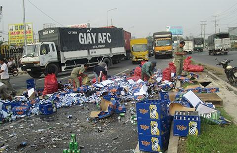 Xe chở bia gặp nạn, người dân nhặt bia giùm tài xế - ảnh 1
