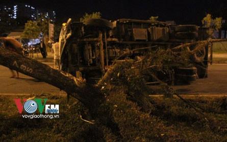 Xe tải đâm bật gốc cây xanh, lật ngang đường - ảnh 2