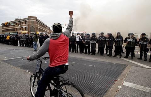 Giới nghiêm ở Baltimore do cướp của, đốt xe  - ảnh 1