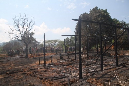 Lửa thiêu rụi nhiều nhà ở làng Ba Na trăm tuổi - ảnh 1