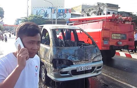 Xe khách cháy giữa đường, hai người thoát nạn - ảnh 1