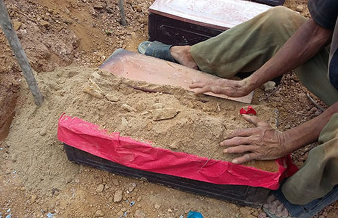 Chuyển vụ xúc 400 ngôi mộ sang công an xử lý - ảnh 2