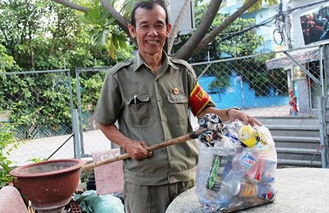 Ông bảo vệ dân phố lượm ve chai, mua gạo cho người nghèo  - ảnh 2