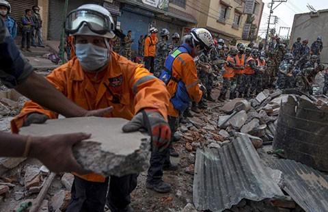 Nepal vừa tìm kiếm thi thể vừa cứu trợ nạn nhân động đất - ảnh 1