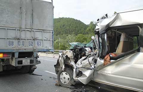 Xe tải nổ lốp gây tai nạn, chín người thương vong - ảnh 1