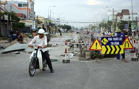 Dân cản thi công mở rộng quốc lộ 1A - ảnh 1