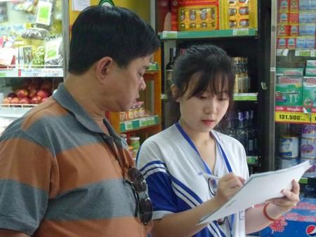 Học sinh cấp 3 tập làm nhân viên siêu thị - ảnh 1