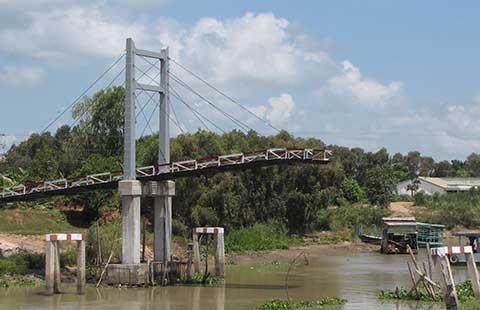 Cầu 2,5 tỉ đồng vừa xây xong đã sập - ảnh 1