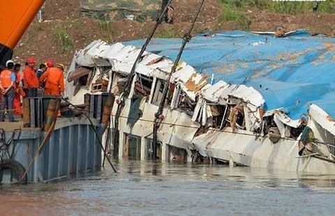 Thảm kịch tàu du lịch Ngôi sao phương Đông: Đưa xác tàu lên mặt nước  - ảnh 1