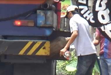 Hút trộm xăng dầu giữa quốc lộ - ảnh 5