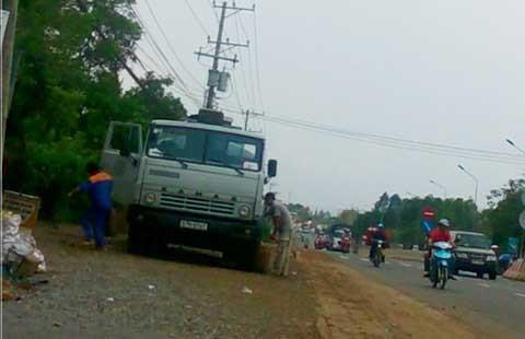 Hút trộm xăng dầu giữa quốc lộ - ảnh 4