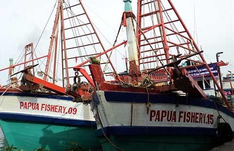 Tàu cá mắc 'bẫy', không được ra khơi - ảnh 1