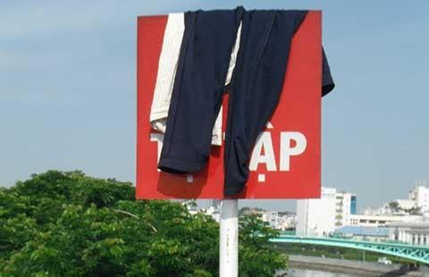 Phơi quần áo trên biển cấm, nhìn phản cảm - ảnh 1