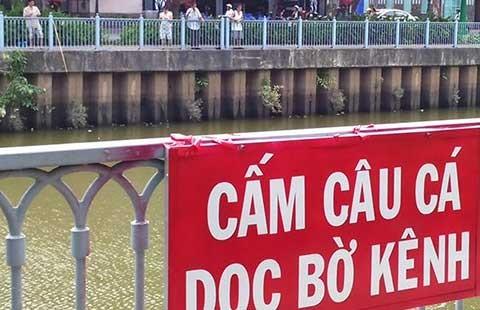 Câu cá trên kênh Nhiêu Lộc, dẹp được không?  - ảnh 1