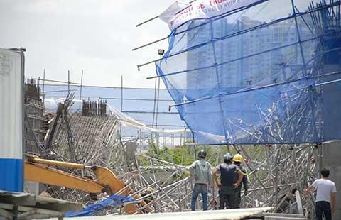 1.200 m2 bê tông đổ sập vùi ba người - ảnh 1