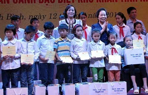 Phó Chủ tịch nước Nguyễn Thị Doan thăm, tặng quà người có công - ảnh 1