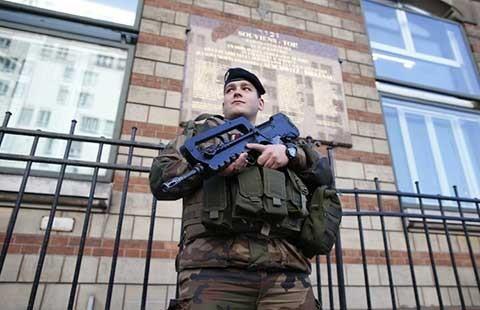 Âm mưu cắt cổ sĩ quan ở Pháp - ảnh 1