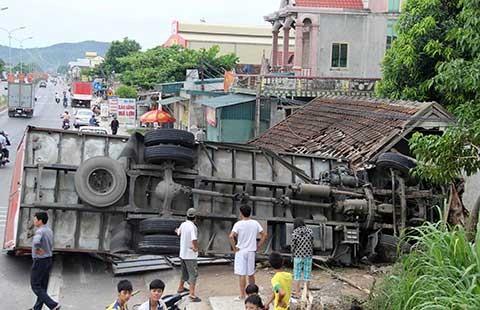 Ô tô đâm sập nhà dân, bốn người thoát chết - ảnh 1