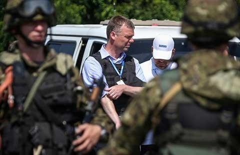Rút vũ khí khỏi giới tuyến miền Đông Ukraine - ảnh 1