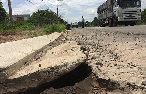 Bình Dương: Đường mới xong đã lún, nứt - ảnh 1