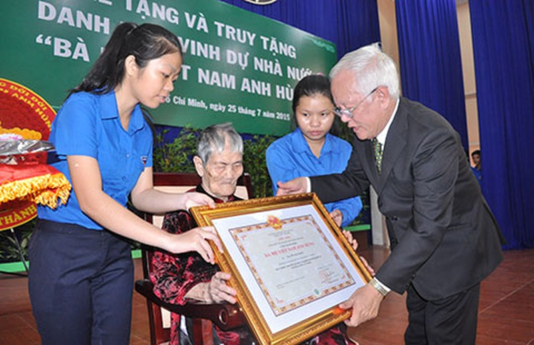 63 mẹ nhận danh hiệu 'Bà mẹ Việt Nam anh hùng' - ảnh 1