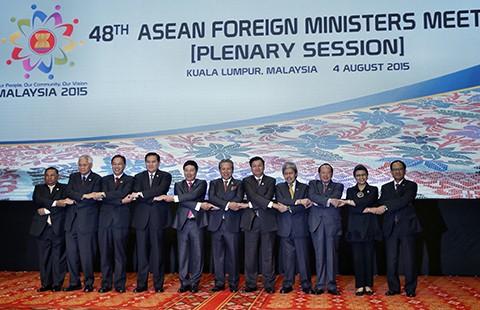 ASEAN yêu cầu Trung Quốc dừng xây đảo - ảnh 1