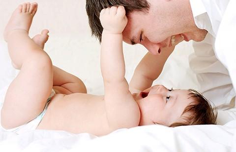 Đừng làm bố quá trẻ - ảnh 1