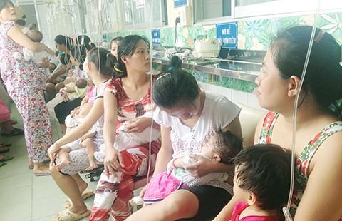 Trẻ bệnh hô hấp chật cứng bệnh viện - ảnh 1