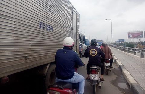 Trạm thu phí gây kẹt xe cầu Đồng Nai - ảnh 1