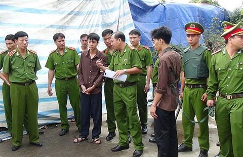 Vụ thảm sát Bình Phước: Hai nghi can thản nhiên diễn lại tội ác  - ảnh 2