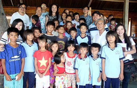 Nhiều tấm lòng đến với trẻ em Dốc Dù - ảnh 1