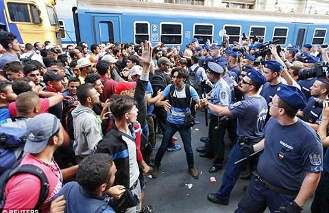 Dân nhập cư gây náo động tại nhà ga quốc tế - ảnh 1