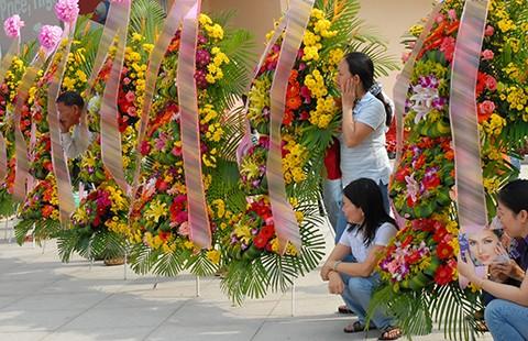 Cấm tặng lẵng hoa, ngăn lãng phí - ảnh 2
