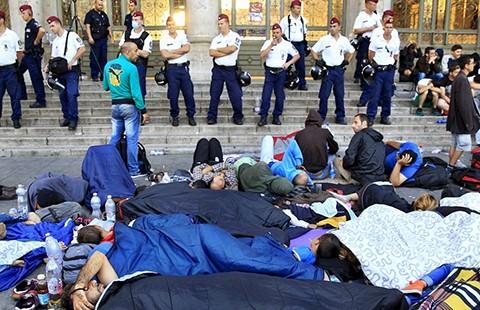Người nhập cư biểu tình đòi lên tàu ở Hungary - ảnh 1