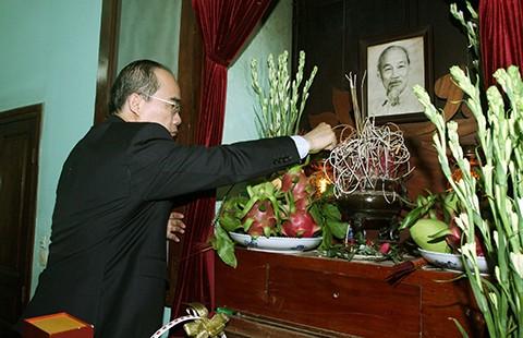 Lãnh đạo Đảng, Nhà nước dâng hương tưởng niệm Hồ Chủ tịch - ảnh 1