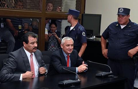 Cựu tổng thống Guatemala bị tống giam vì nhận hối lộ - ảnh 1