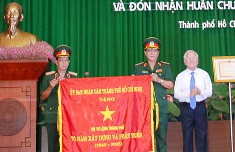 Lực lượng vũ trang TP.HCM đón nhận huân chương Bảo vệ Tổ quốc hạng Nhất - ảnh 1