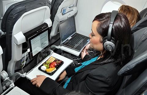 Ai ngờ bàn ăn là nơi bẩn nhất trên máy bay - ảnh 1