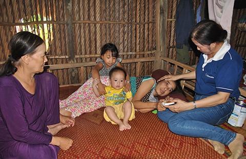 Người mẹ mù chia sớt tiền hỗ trợ cho người nghèo - ảnh 1