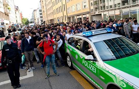 Người nhập cư tràn ngập, Munich than trời - ảnh 1