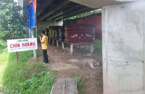 Buộc di dời một trại hòm dưới gầm cầu - ảnh 1