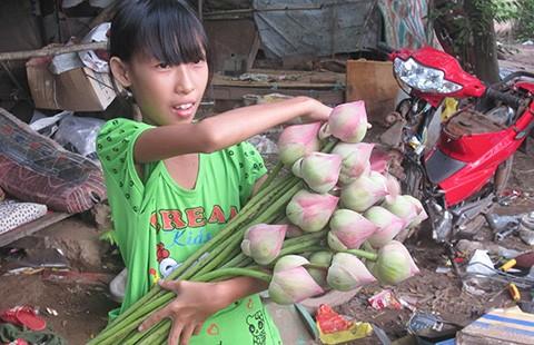 Bé gái 11 tuổi nghỉ học, kiếm tiền nuôi cha - ảnh 1