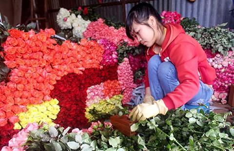 Nhộn nhịp thị trường ngày Phụ nữ Việt Nam - ảnh 1