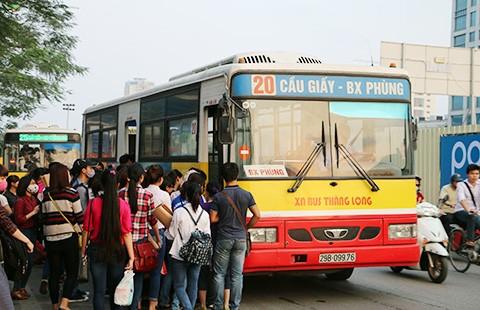 Kiến nghị giảm xe buýt trong giờ cao điểm để chống ùn tắc - ảnh 1