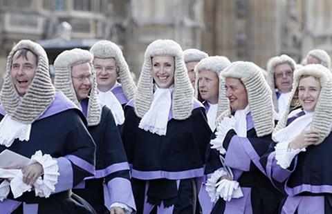 Thẩm phán = áo choàng đen, tóc giả? - ảnh 1