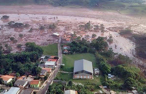 Đập vỡ, 17 người thiệt mạng trong lũ bùn - ảnh 1
